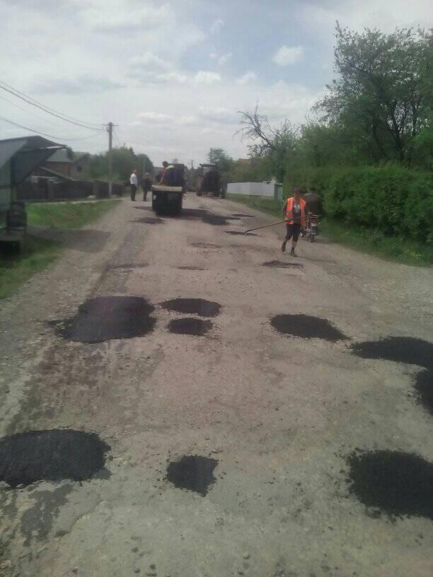У прикарпатському селі громада долучилася до ремонту дороги 1