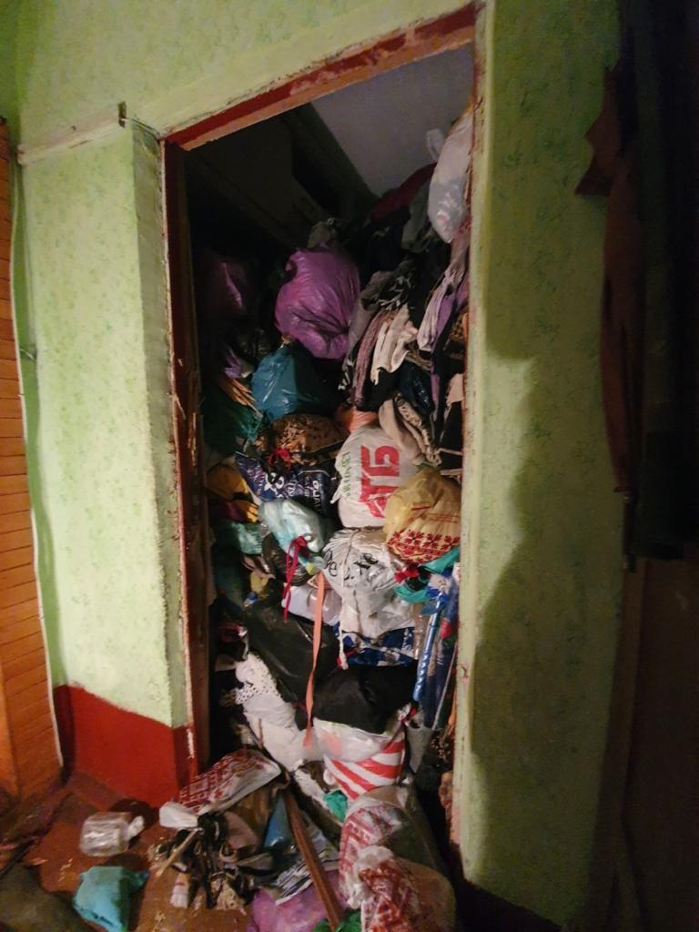 80-річна франківчанка не могла вийти з квартири, забитої сміттям 2