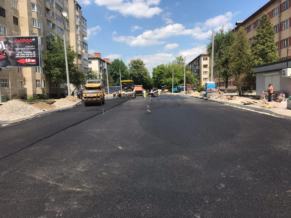 На з'єднанні Північного та Південного бульварів у Франківську почали класти асфальт 4