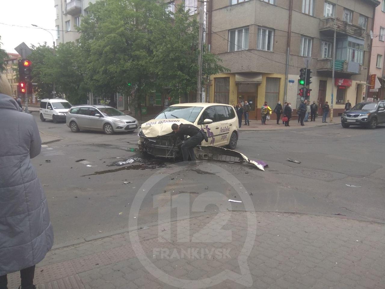 На перехресті Сахарова – Коновальця Volkswagen  протаранив швидку – троє пасажирів ШМД травмовані 2