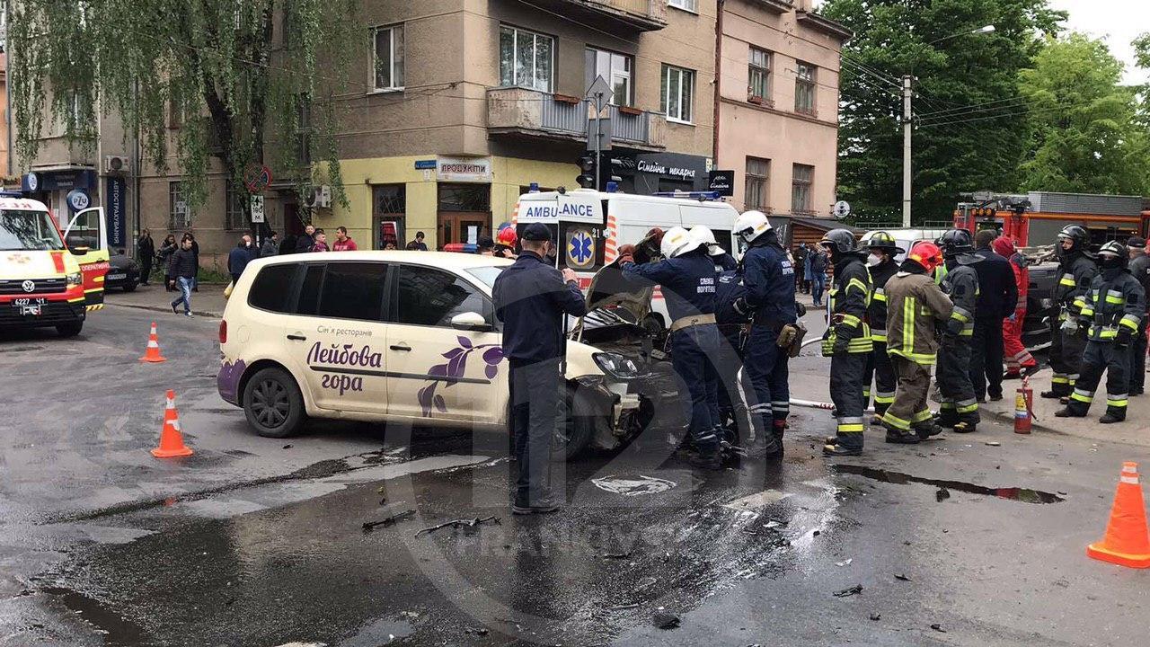 На перехресті Сахарова – Коновальця Volkswagen  протаранив швидку – троє пасажирів ШМД травмовані 8