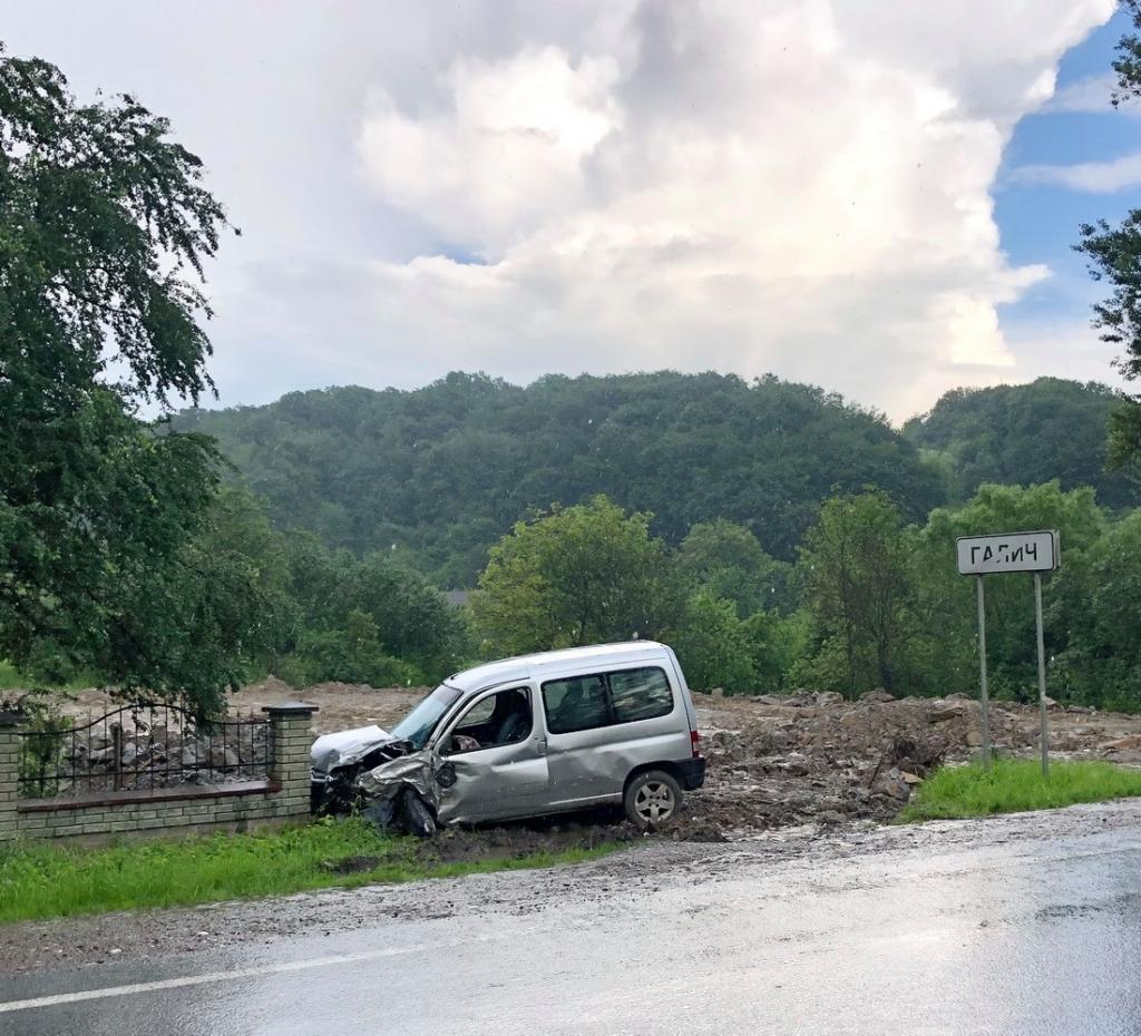 У Галичі зіткнулися дві автівки - одна машина перекинулася 1