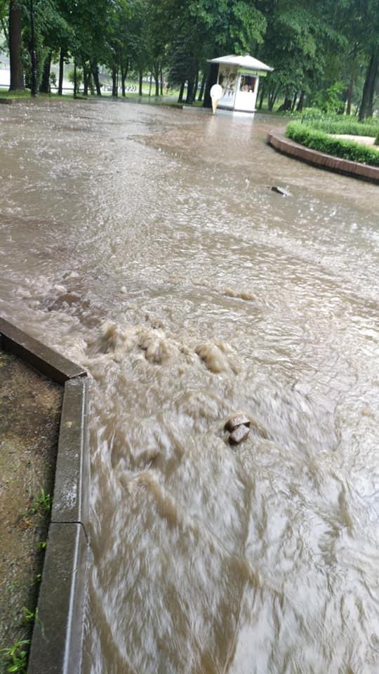 У парку Шевченка через сильну зливу утворилося провалля, на деяких вулицях підтоплено проїжджу частину 2