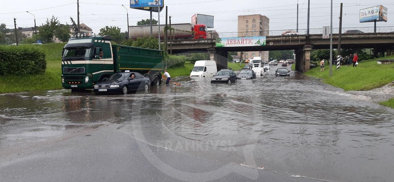 У парку Шевченка через сильну зливу утворилося провалля, на деяких вулицях підтоплено проїжджу частину 4