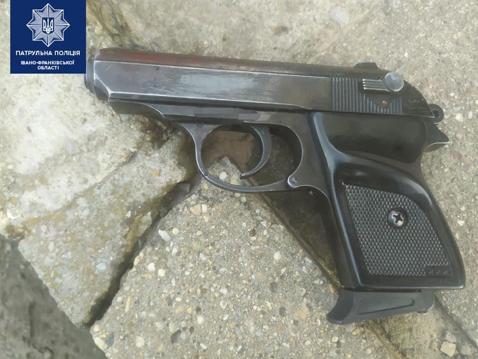 На Пасічній затримали чоловіка з муляжами гранати та пістолета. Оновлено 2