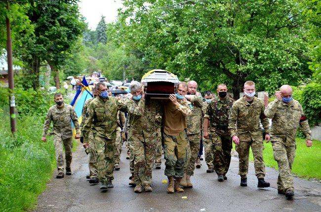 У Надвірній попрощалися з трагічно загиблою волонтеркою-парамедиком Іриною Шевчишин 4