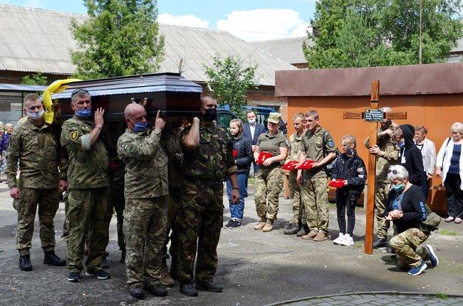 У Надвірній попрощалися з трагічно загиблою волонтеркою-парамедиком Іриною Шевчишин 1