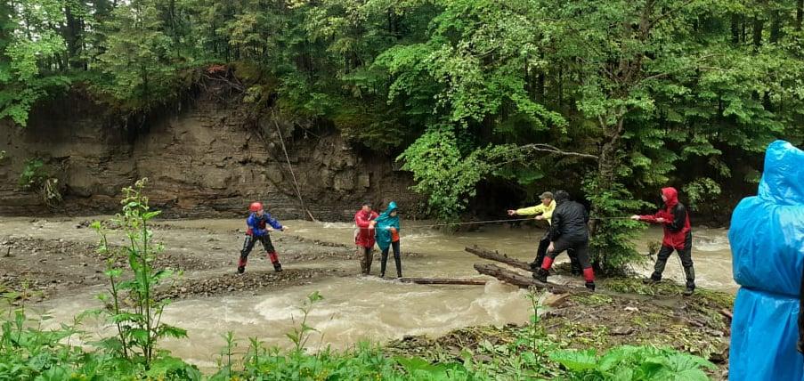 Усіх туристів, які застрягли на Манявському водоспаді, врятовано 3