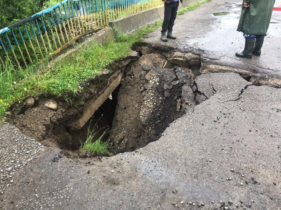 На дорозі Надвірна – Ланчин провалився міст: рух транспорту перекрито 1