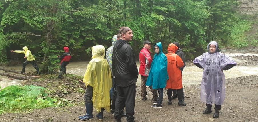 Усіх туристів, які застрягли на Манявському водоспаді, врятовано 2