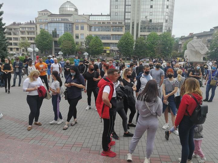 У Франківську кілька десятків спортсменів вимагають відкрити спортзали і фітнес-центри 8
