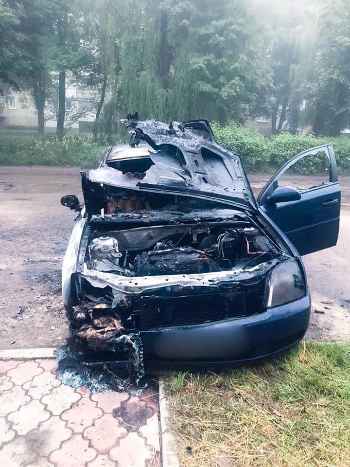 Поліцейські розслідують підпал автомобіля юриста Бурштинської ТЕС 2