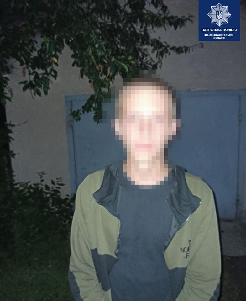 Біля вокзалу у Франківську два молодики відібрали у чоловіка телефон 2