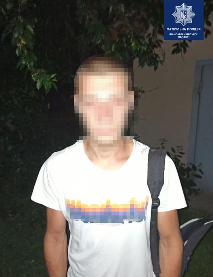 Біля вокзалу у Франківську два молодики відібрали у чоловіка телефон 4