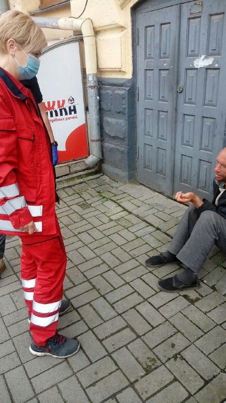 Франківців застерігають не подавати милостиню п'яничці біля ринку 4