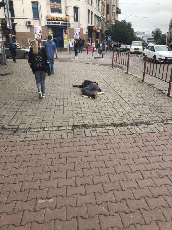 Франківців застерігають не подавати милостиню п'яничці біля ринку 2