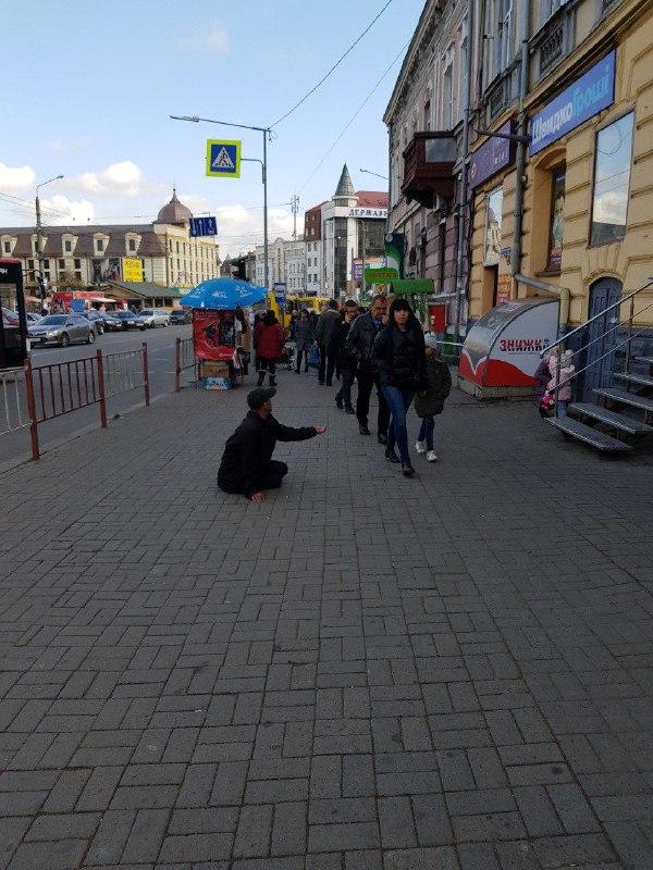 Франківців застерігають не подавати милостиню п'яничці біля ринку 6