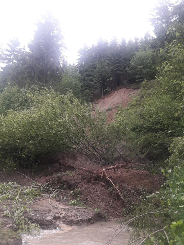 На дорогах Прикарпаття через зливи сталися зсуви - відрізали 4 села 6