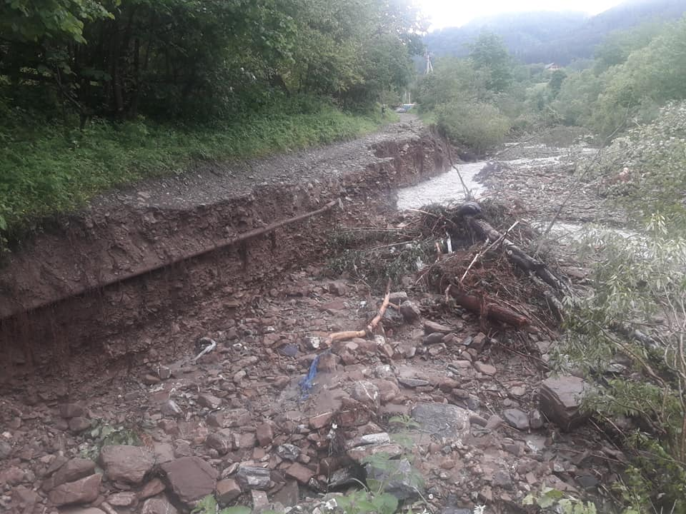 На дорогах Прикарпаття через зливи сталися зсуви - відрізали 4 села 1