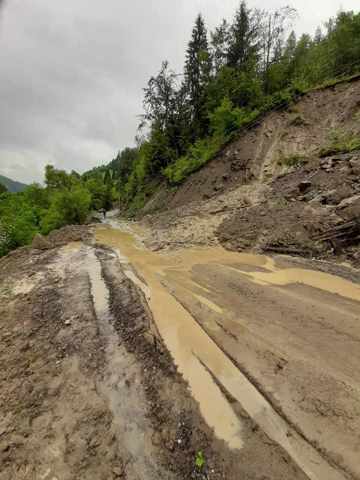 На дорогах Прикарпаття через зливи сталися зсуви - відрізали 4 села 5