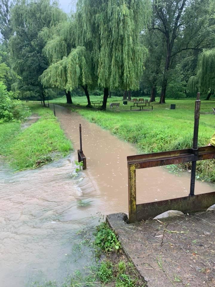 З міського озера у Франківську скидають воду – відкрили шлюзи 2