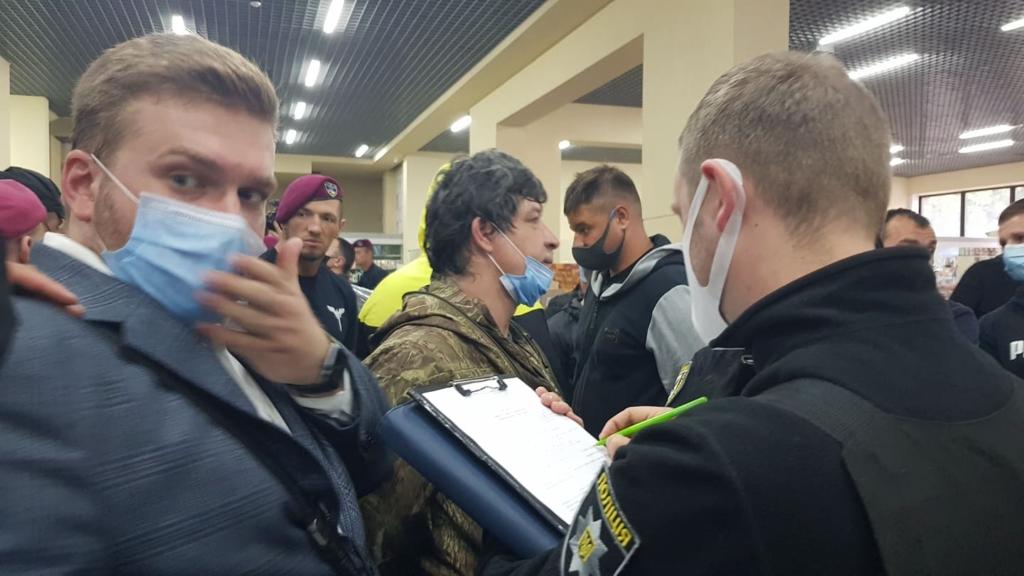 Халаменда у супроводі десятків поліцейських і охоронців зайшов на ринок. ОНОВЛЮЄТЬСЯ 3