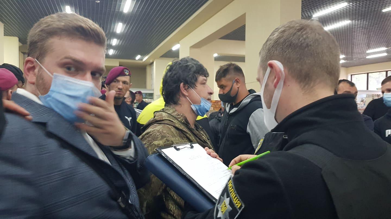 Халаменда у супроводі десятків поліцейських і охоронців зайшов на ринок. ОНОВЛЮЄТЬСЯ 6