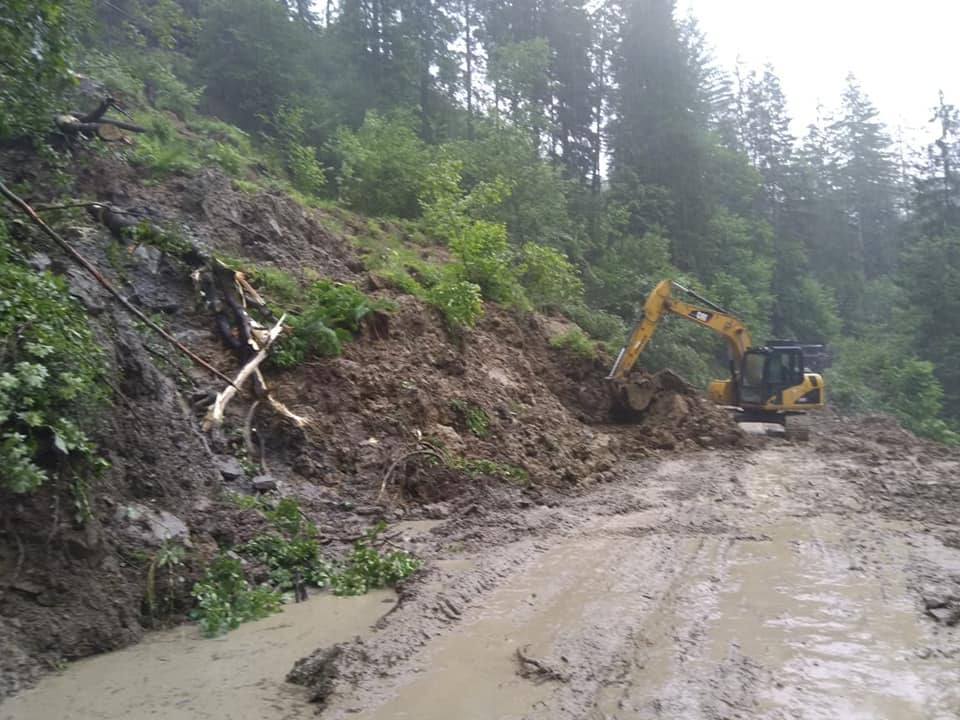 На дорогах Прикарпаття через зливи сталися зсуви - відрізали 4 села 4