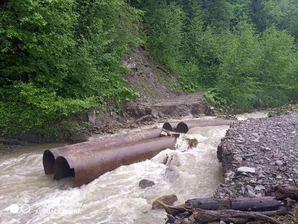 На дорогах Прикарпаття через зливи сталися зсуви - відрізали 4 села 7