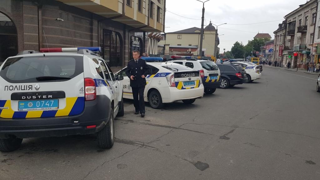 Халаменда у супроводі десятків поліцейських і охоронців зайшов на ринок. ОНОВЛЮЄТЬСЯ 4