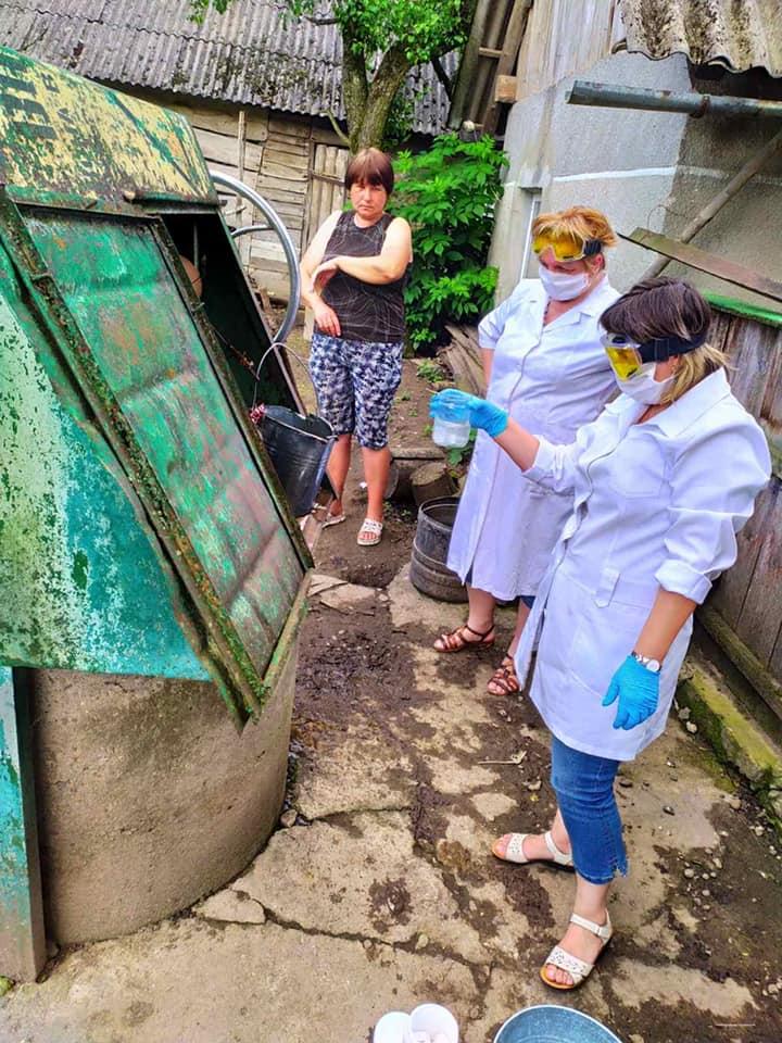 На Франківщині працівники лабораторного центру дезінфікують криниці 2