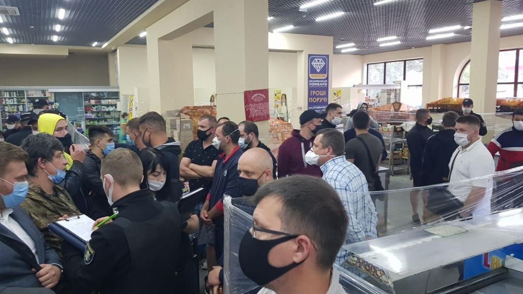 Халаменда у супроводі десятків поліцейських і охоронців зайшов на ринок. ОНОВЛЮЄТЬСЯ 2