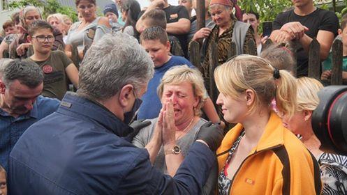 Порошенко передав у затоплені села Прикарпаття мотопомпи і генератори 8