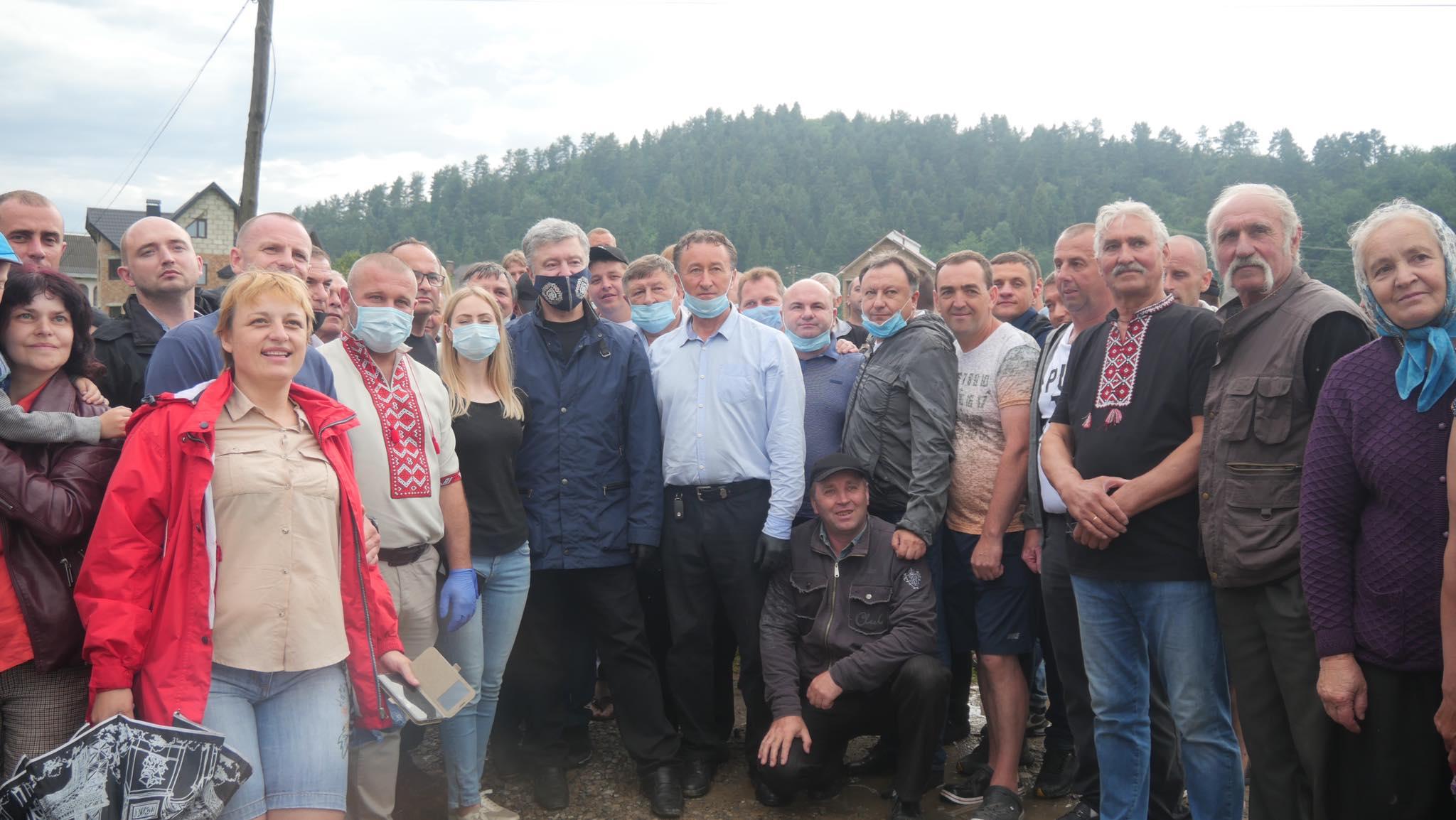 Порошенко передав у затоплені села Прикарпаття мотопомпи і генератори 12