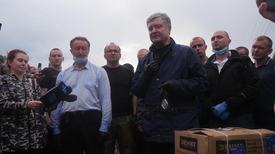 Порошенко передав у затоплені села Прикарпаття мотопомпи і генератори 14
