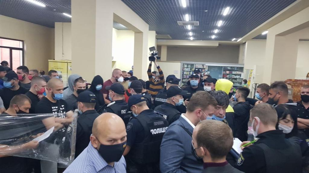 Халаменда у супроводі десятків поліцейських і охоронців зайшов на ринок. ОНОВЛЮЄТЬСЯ 1