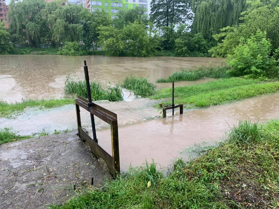 З міського озера у Франківську скидають воду – відкрили шлюзи 6