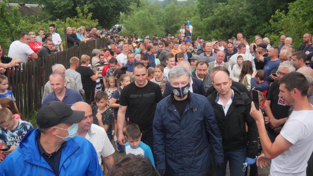 Порошенко передав у затоплені села Прикарпаття мотопомпи і генератори 2