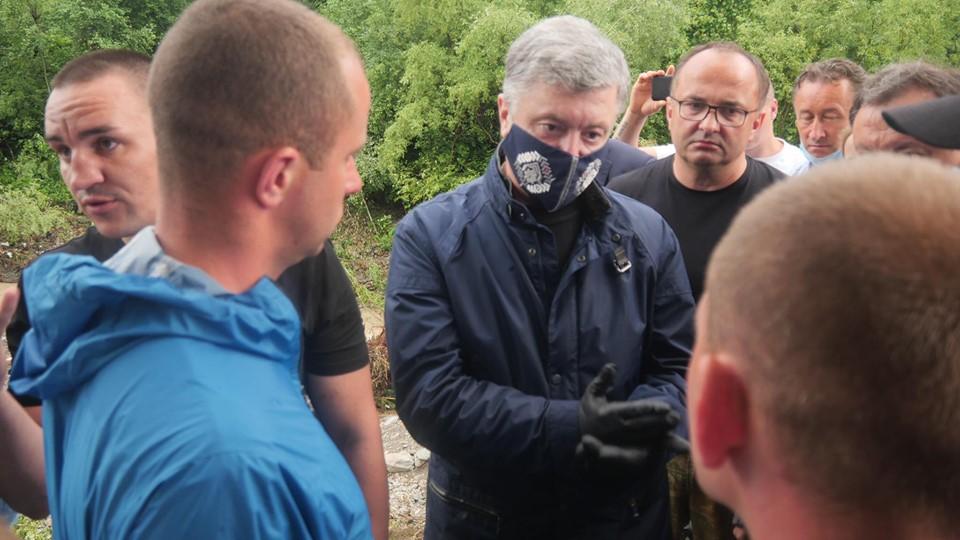 Порошенко передав у затоплені села Прикарпаття мотопомпи і генератори 6