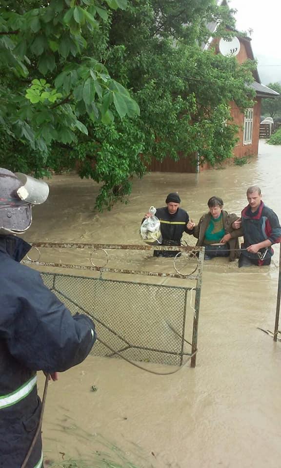 Вагітних евакуювали з затоплених районів – на Прикарпатті повінь відрізала 19 сіл 3