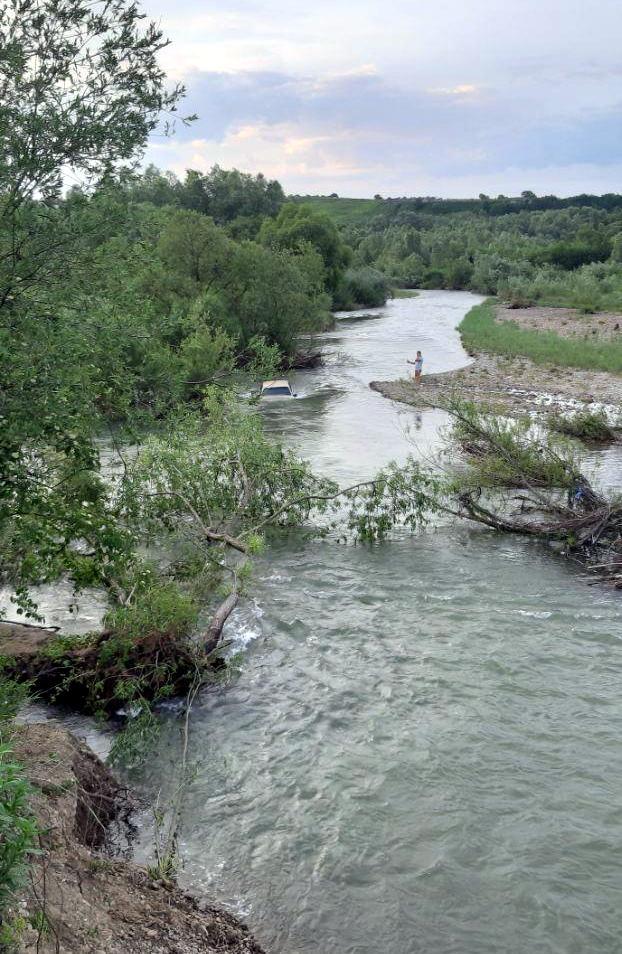 Автомобіль впав у річку