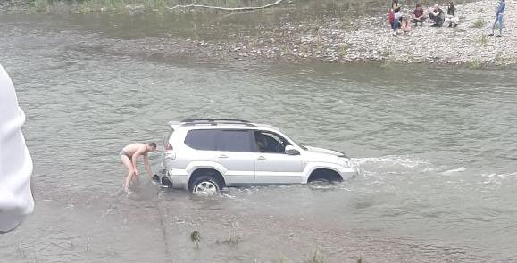 Посеред Бистриці у Франківську застряг джип – водій відмовився перевірятись на алкоголь 1