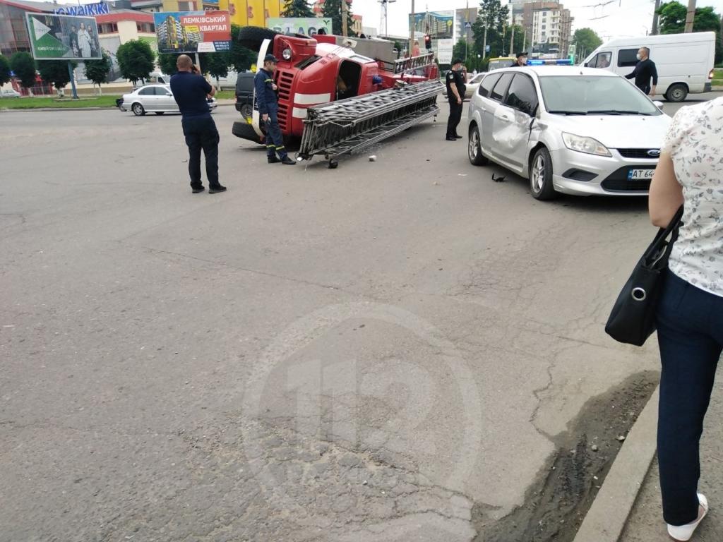 В ДТП на Вовчинецькій перевернулася машина рятувальників 4