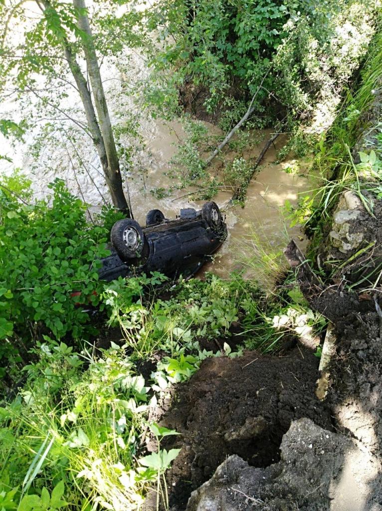 У Косові у річку впав  автомобіль. ФОТО 1
