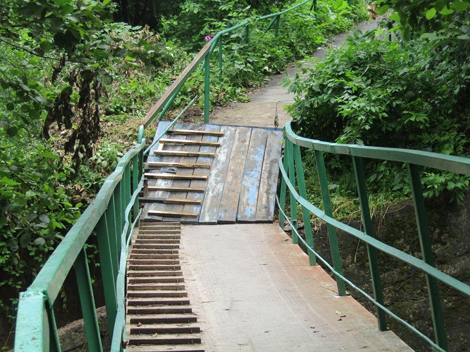 У Надвірній тимчасово відкрили пішохідний міст, який пошкодила повінь 1