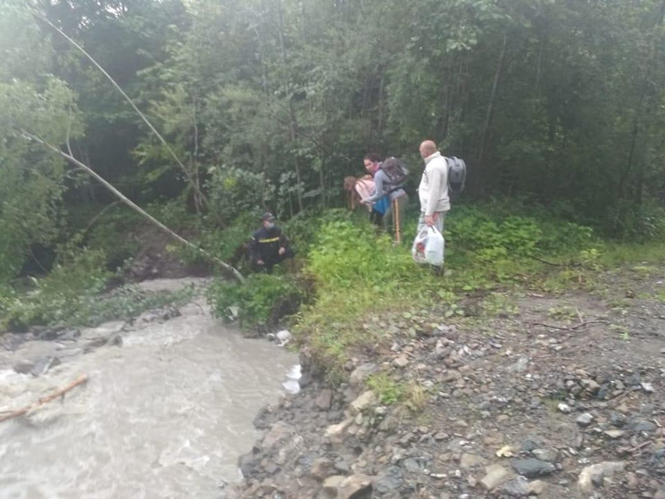 Рятувальники допомогли туристам, які застрягли на Манявському водоспаді через підняття води у потічку 1