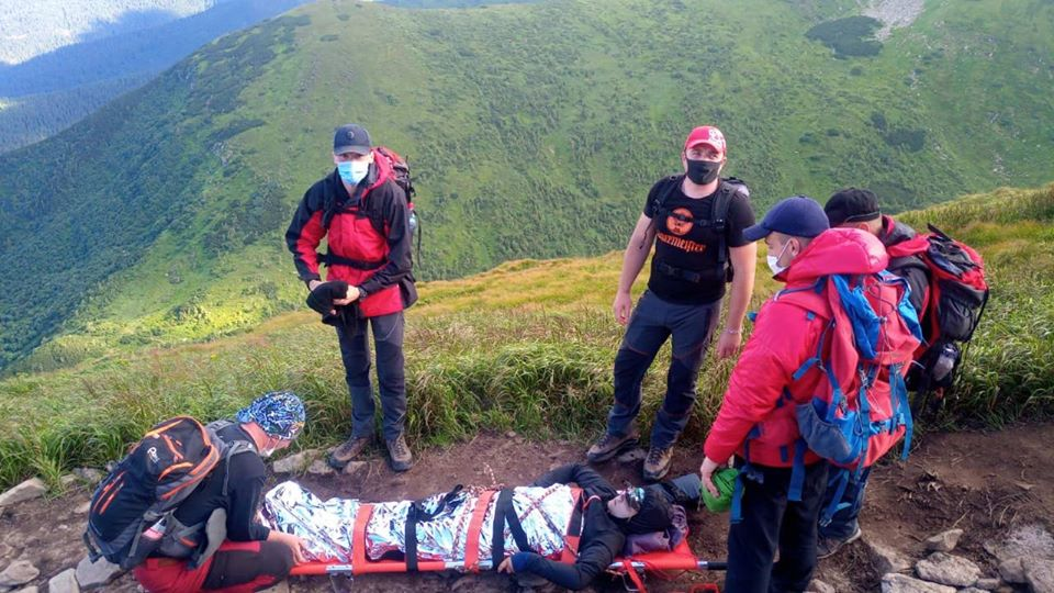 Рятувальники на ношах знесли з Говерли травмовану туристку 2