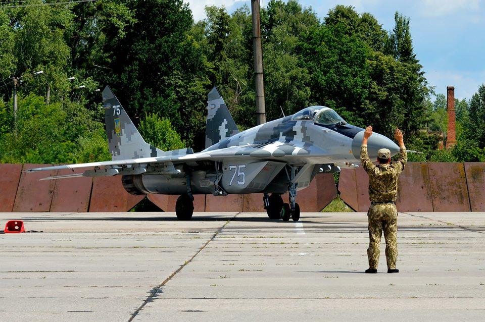 У небі над Франківськом курсанти ведуть навчальні повітряні бої 3