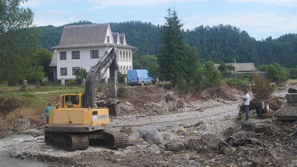 Родина з Чорного Потоку відбудує знищену повінню хату – будматеріали купив Фонд Порошенка 4