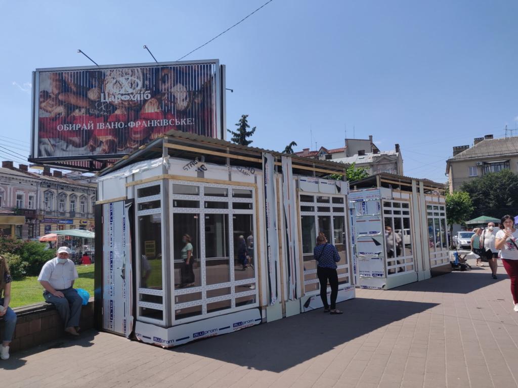 МАФи біля універмагу в Івано-Франківську